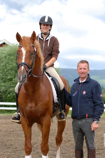 Trude Hestengen på den kårede norskoppdrettede hingsten Tobajo Pik Disney sammen med unghesttrener Thomas D. Larsen.