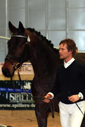 Bergeruds Aragorn blir vist av Thomas Lassen under kåringen på Brunstad i februar i år.