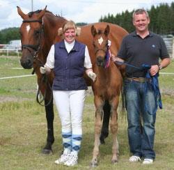 Beste gangartsføll på Bråten Gård og JJ Horses føllskue i 2007 ble Eva Kindahls Ment II Be e. Tobajo Picez. Her sammen med hingsteeier Tormod Bakke Johnsen. (Foto: Hilde Haugsrud)