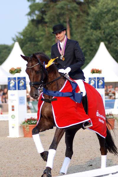 Andreas Helgstrand på Hønnerups Driver med sine to medaljer.
