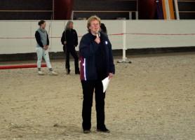 Nina har selv hatt verv i Norsk Varmblod i flere år. Men hun har også arrangert egne aktiviteter, som her hvor hun viser løshopping under en hingstevisning for Bråten Gård våren 2008.