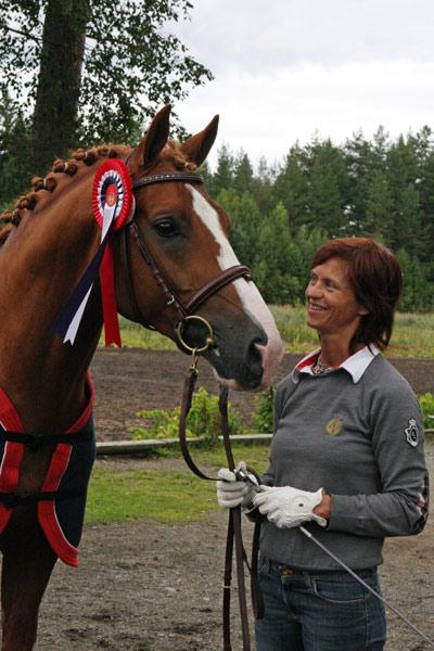 Mette Hansson var tydelig fornøyd med sin 4-årige hingst, Vivelstads Renoir som vant 4-årstesten (foto: Grethe Nordby).