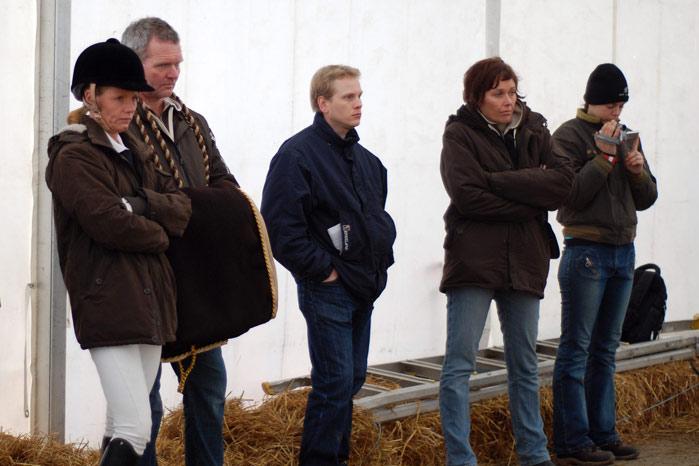 Et uvanlig alvorlig team Tobajo følger med fra sidelinjen mens Nikolaj Kowalski rir Disney. Fra venstre Anka, Tormod, Knut Erik Halvorsen og Connie Mjølnerud. Helt til høyre i bildet står Trude Hestengen og filmer.